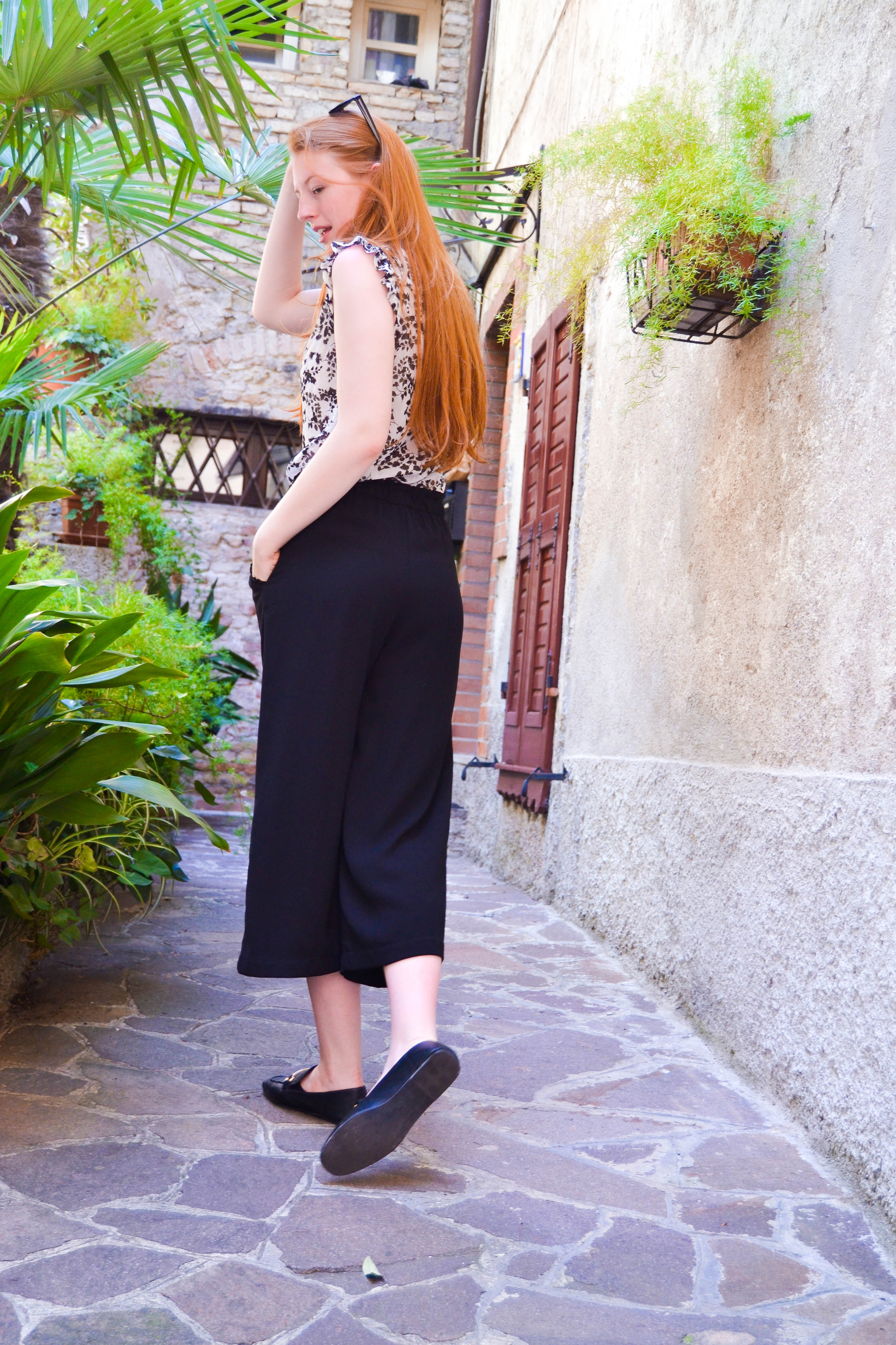 black culottes and blouse, schwarze Culottes-Hose und Bluse, Loafers
